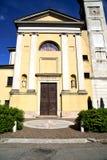 在solbiate亚诺河老教会封锁了砖塔边路 免版税库存照片