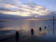 在Solent从西部Wittering海滩,西萨塞克斯郡的秋天日落 ?? 图库摄影