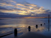 在Solent从西部Wittering海滩,西萨塞克斯郡的秋天日落 ?? 库存照片