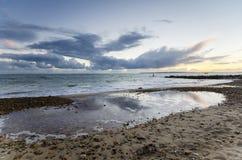 在Solent海滩的日落在Hengistbury顶头最近的克赖斯特切奇 免版税图库摄影