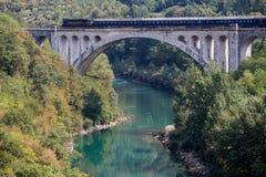 在Solkan桥梁,斯洛文尼亚的柴油火车 免版税库存照片