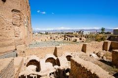 在Soltaniyeh附近波斯陵墓圆顶的被破坏的堡垒墙壁,成为了联合国科教文组织世界遗产名录站点 图库摄影