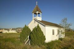 在Somis,文图拉县,加州附近的老历史的教会有侵犯新的家庭建筑看法  免版税库存图片