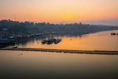 在songgaria河的美好的日出Sangkhla Buri kanchanaburi的泰国 库存照片