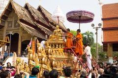 在Songkran节日的Phra辛哈寺庙。 免版税库存图片