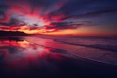 在Sopelana海滩的红色日落 图库摄影