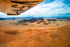 在Sossusvlei橙色沙丘的飞行在纳米布-诺克卢福国家公园纳米比亚,鸟瞰图 免版税库存照片