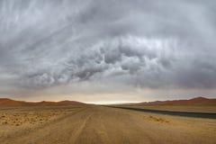 在Sossusvlei沙丘的Mammatus风雨如磐的云彩 库存照片