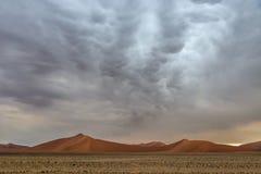在Sossusvlei沙丘的Mammatus风雨如磐的云彩 库存图片