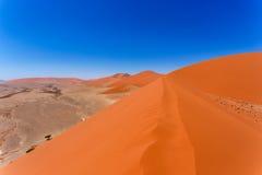 在sossusvlei纳米比亚,从一个沙丘45的顶端看法的沙丘45在sossusvlei纳米比亚,从沙丘的顶端看法 库存照片