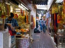 在souk的一条狭窄的街道在Bur迪拜 库存照片