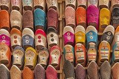 在souk的五颜六色的babiuches在菲斯,摩洛哥 库存图片