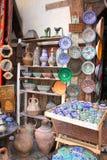 在souk的传统摩洛哥纪念品在Fes,摩洛哥,非洲 免版税库存照片