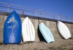 在Southend在海,艾塞克斯,英国的蓝色和白色小船 库存照片