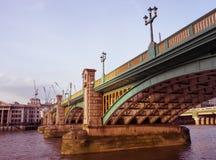 在Southwark桥梁下 库存图片