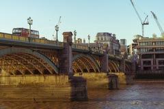 在Southwark桥梁的公共汽车 库存图片