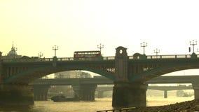在Southwark桥梁的平底锅从早晨时间的伦敦市 影视素材