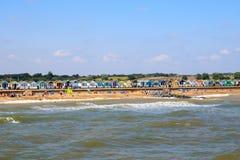 在Southwold的拥挤海滩在英国 免版税库存图片