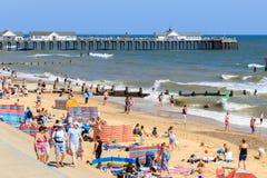 在Southwold的拥挤海滩在英国 免版税图库摄影