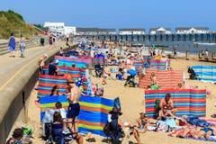 在Southwold的拥挤海滩在英国 库存图片