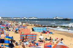 在Southwold的拥挤海滩在英国 免版税库存照片