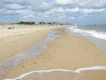 在southwold的海滩与小屋和码头 免版税库存图片