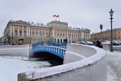 在SPb的Moika河和ZAKS的蓝色桥梁在冬天 免版税库存图片