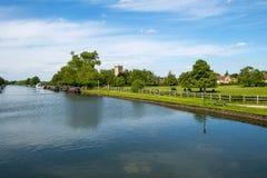 在Splatt桥梁的平安的格洛斯特&锋利运河在一个晴朗的春天下午 免版税库存照片