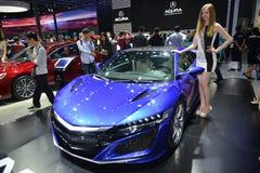 在sportscar的ACURA NSX的一个时装模特儿 免版税库存图片