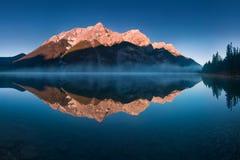在Spray湖水库的平静的日出是一个水库在阿尔伯塔,加拿大 Spray湖是湖串  库存图片