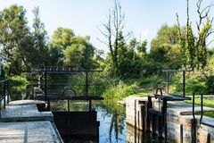 在Spreewald的小船水闸 免版税图库摄影