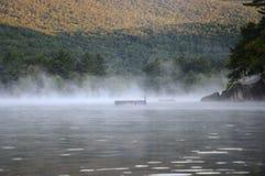 在Squam湖的早晨薄雾 库存照片
