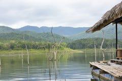 在srinakarin水坝的木家庭逗留木筏 库存图片