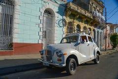 在st的哈瓦那,古巴- 2014 12月8日,经典美国汽车驱动 库存照片