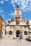 在st Donatus教会在扎达尔,克罗地亚, Dalmat的亚得里亚海的区域的著名地标附近的街道视图 免版税库存照片