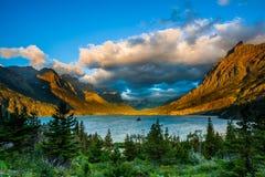 在St. Mary湖的日出 库存图片