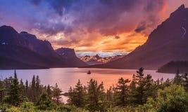 在St. Mary湖的美好的日落在冰川国家公园 库存照片