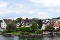 在Stafa,苏黎世附近的老湖房子,有小船停放的 免版税库存照片