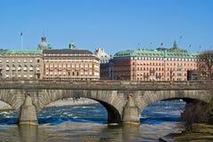 在stan斯德哥尔摩附近的桥梁gamla 免版税库存图片