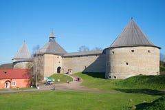 在Staraya拉多加堡垒的晴朗的10月天 俄国 免版税库存图片