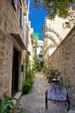 在Stari毕业的狭窄的地中海石街道 免版税库存照片