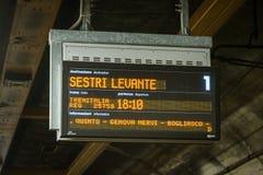 在Stazione二赫诺瓦广场普林西比热那亚,意大利,欧洲的时间表 库存照片