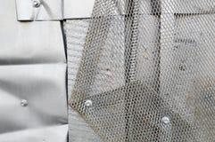 在steampunk样式,计算机国际庞克的银色纹理弯曲了,扭转了,锡老金属板,螺栓,铆钉,铁棍 抽象背景异教徒青绿 库存照片