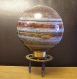 在Steampunk艺术葡萄酒黄铜嵌齿轮立场的行星木星 免版税库存照片