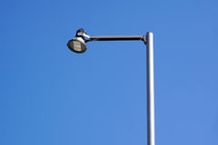 在steet的LED光与蓝天 免版税库存图片