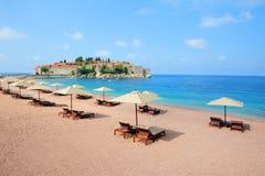 在stefan sveti附近的海滩海岛montenegro 免版税库存图片