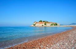 在stefan sveti附近的海滩海岛montenegro 图库摄影