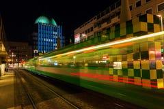 在Steintor的艺术性的电车风雨棚在汉诺威,德国,在晚上 库存图片