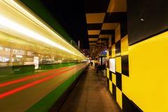 在Steintor的艺术性的电车风雨棚在汉诺威,德国,在晚上 图库摄影