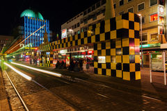 在Steintor的艺术性的电车风雨棚在汉诺威,德国,在晚上 免版税库存图片